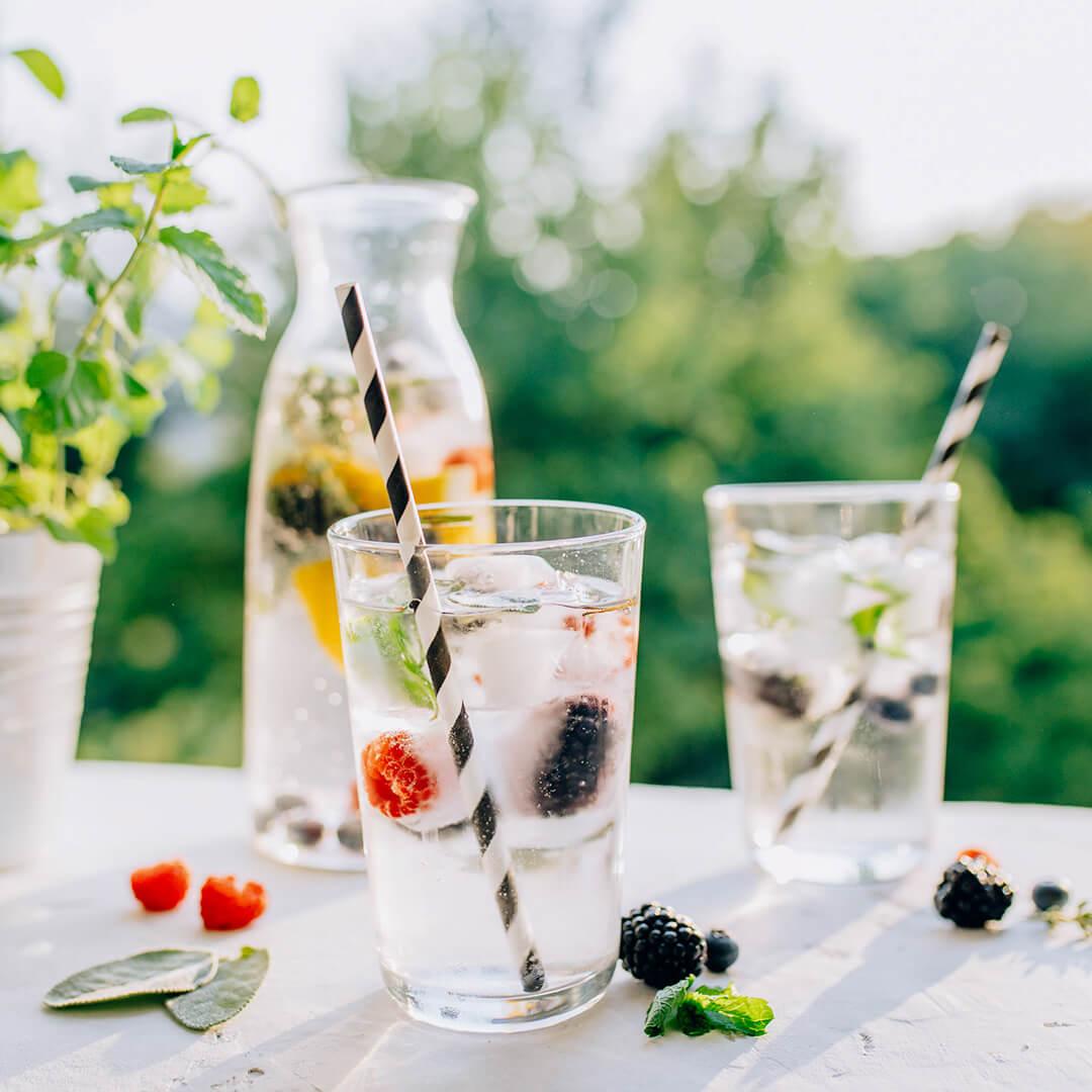Ricola Aroma-Wasser mit Kräuter-Beeren-Eiswürfel Rezept - Step  5