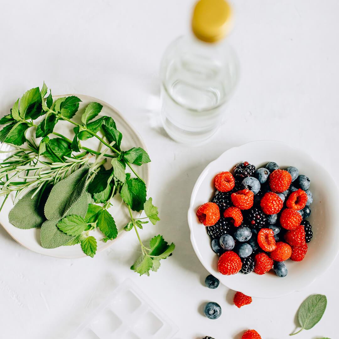 Ricola Aroma-Wasser mit Kräuter-Beeren-Eiswürfel Rezept - Step  1